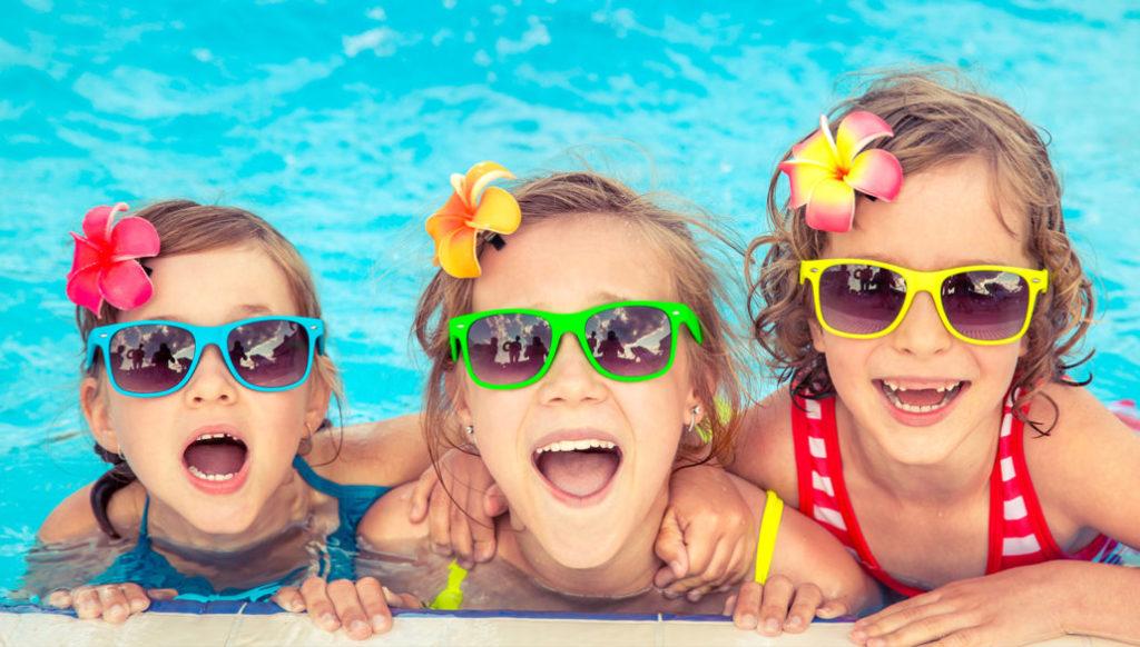 3 kleine Mädchen im Pool