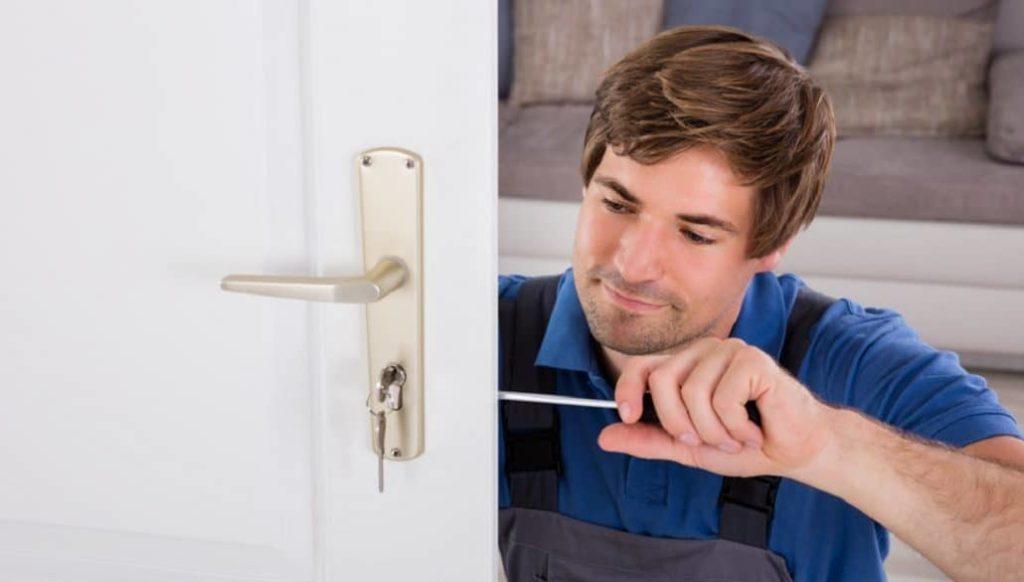 Schlosser repariert ein Türschloss