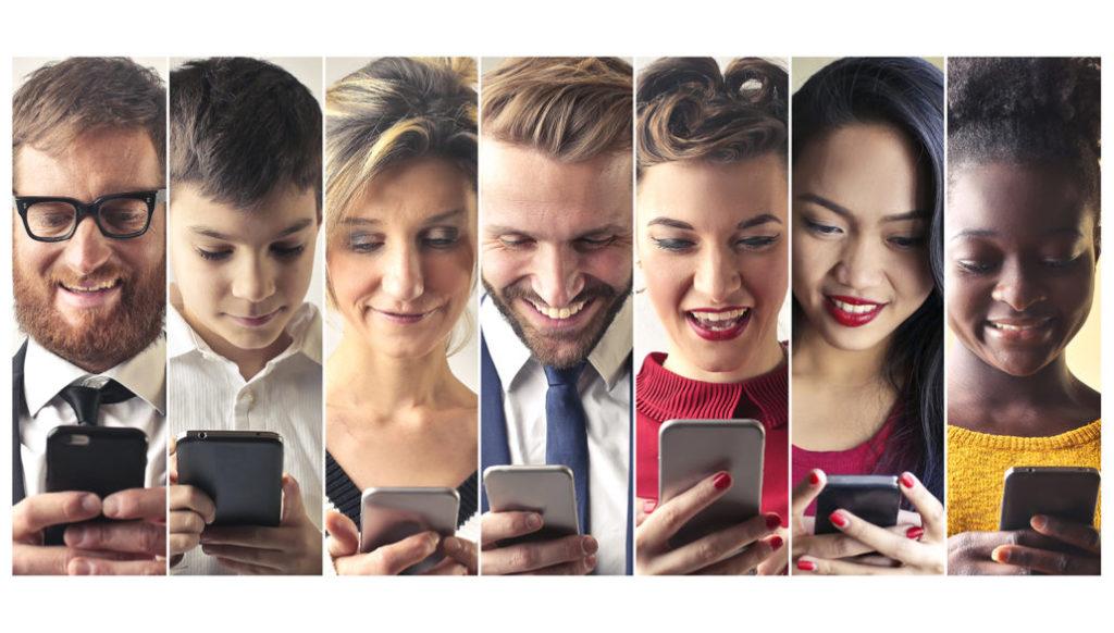 7 Menschen schauen auf ihr Handy