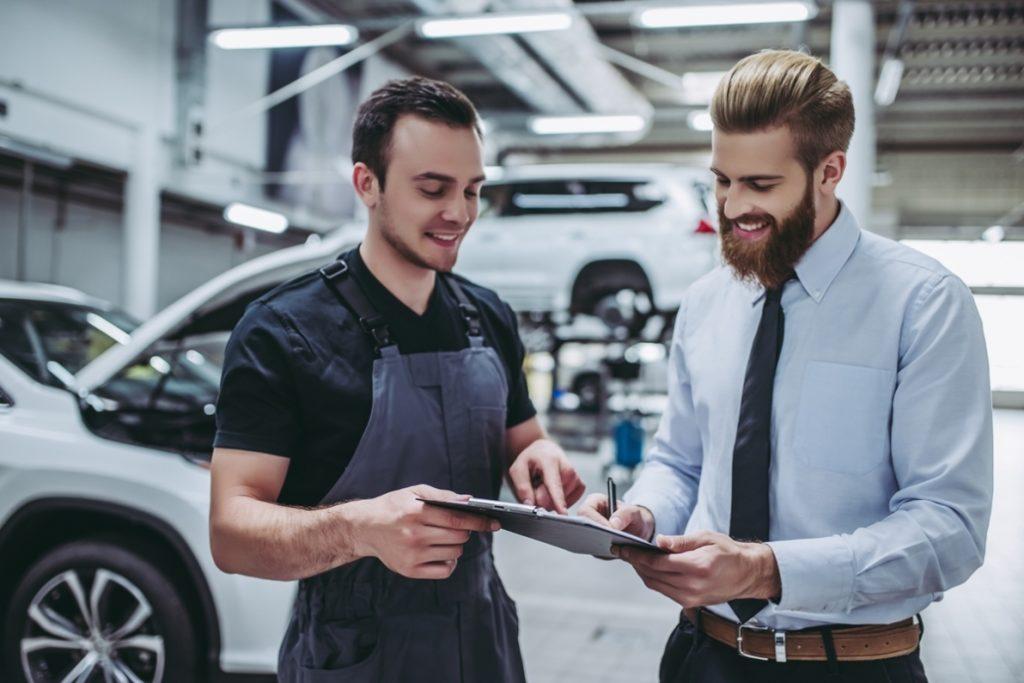 Werkstattmitarbeiter mit einem Kunden