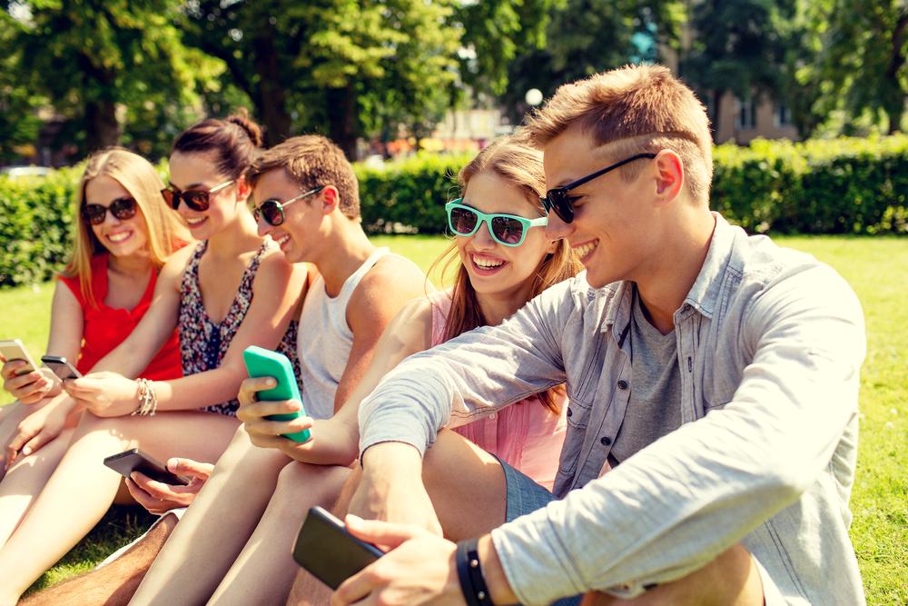junge Menschen am Handy