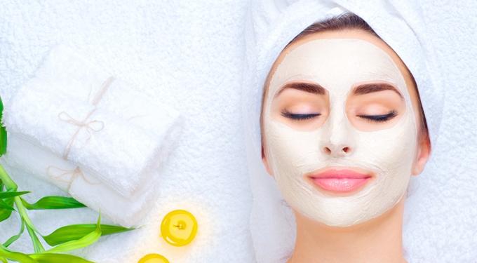 Feuchtigkeitsmaske im Gesicht