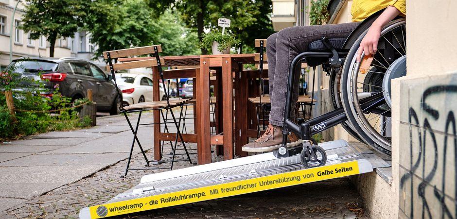 Rollstuhlrampe vor einem Café