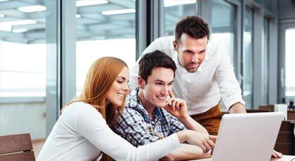 Mitarbeiter schauen schauen auf einen Laptop